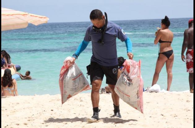 Hombre con dos bolsas de basura