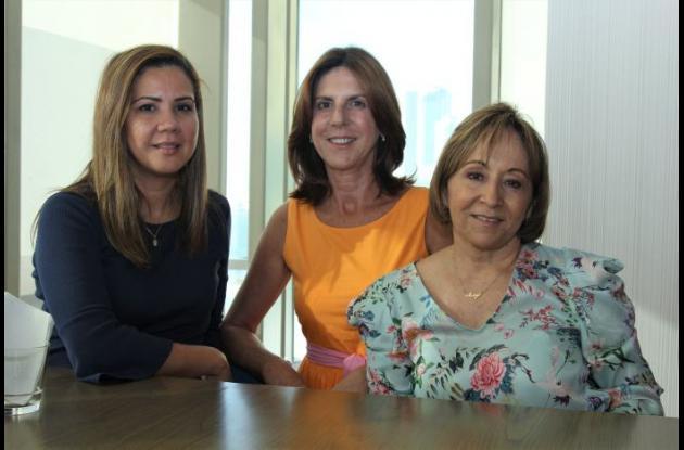 Mirna de Fernández, Stella Gedeón y María Eugenia Fernández.