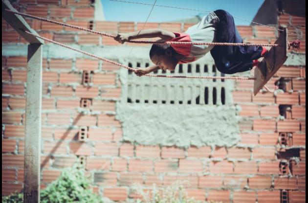 Niño en columpio, en La Boquilla.