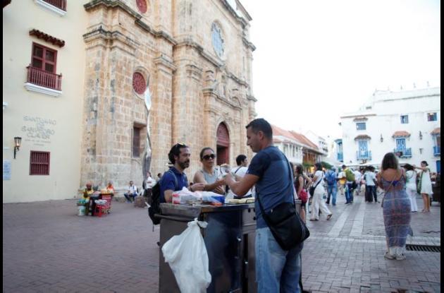 Vendedor informal en la plaza de San Pedro Claver.