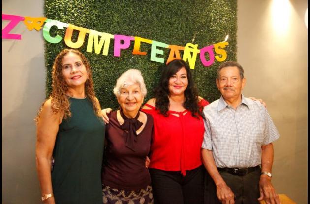 Rosángela Vitola, Rosabel de Vitola, Marly Vitola y Guillermo Vitola.