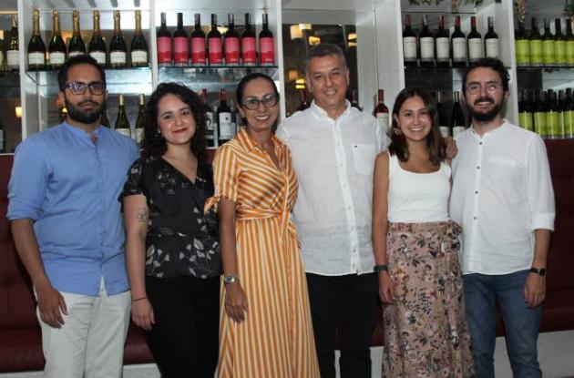Tariq Burney, Paula Vega, Martha Puente, Federico Vega, María Alejandra Vega y Santiago Lozada.