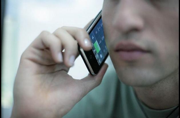 Hombre usando un celular