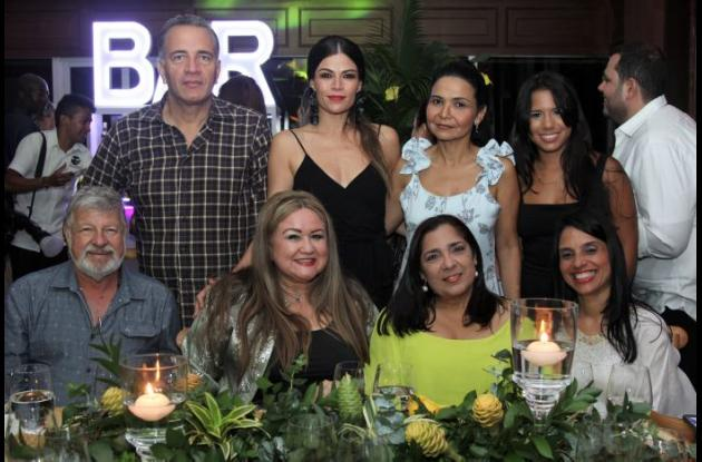 De pie: Yezid Meneses, Carmen Laborin, Glenda Soto e Isabella Toledo; sentados: Humberto Ortiz, Elaine Maldonado, Rosa Mendoza y Julia Arteta.