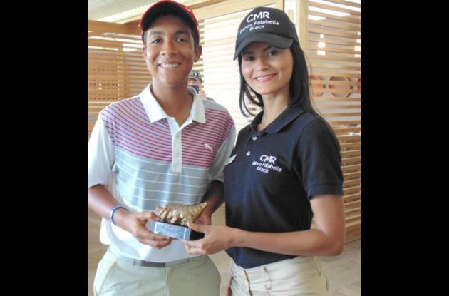 Andrés Jiménez recibió el trofeo de manos de Antonella López, asesora de CMR Banco Falabella Black.