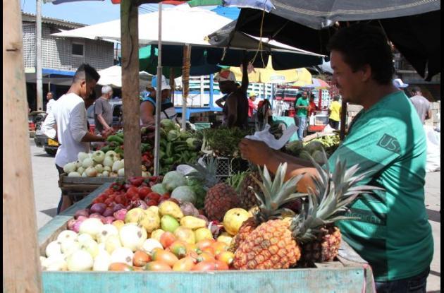 Productos de la canasta familiar dispuestos en el Mercado de Bazurto.