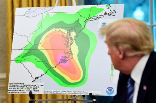 Donald  Trump y gráfico del Huracán Florence