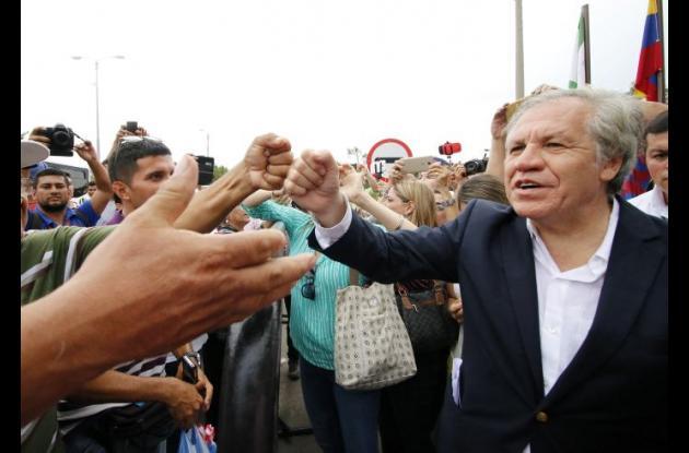 Luis Almagro saludando