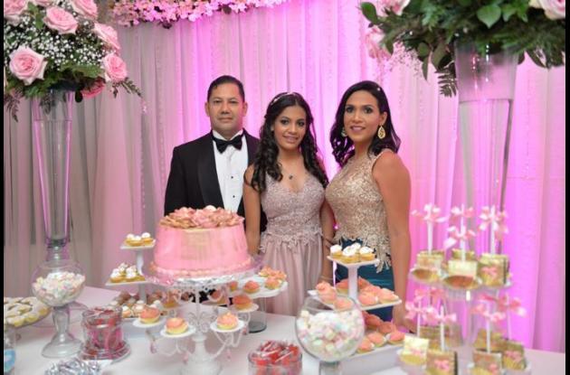 Luis Gerardo Barboza, la cumplimentada, Natalia Sofia Barboza; y Claudia Guevara.