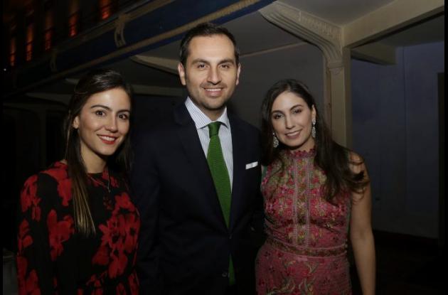 María Gabriela Villota, Luis Miguel Chaves y María Fernanda Villota.María Gabriela Villota, Luis Miguel Cháves y María Fernanda Villota.