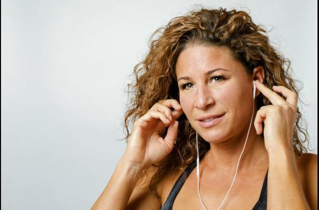 Mujer toca sus oídos
