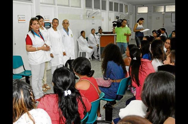 Reunión de médicos y pacientes