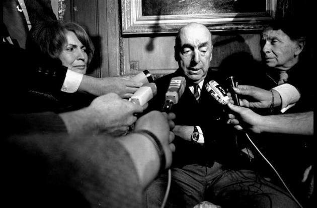 Pablo Neruda en una rueda de prensa.