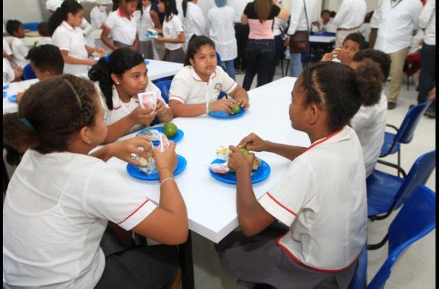 Niños con alimento escolar