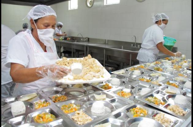 Manipuladoras organizando el complemento alimentario en colegio.