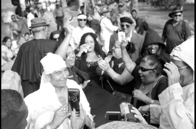 Del Parque del Centenario partió el sepelio simbólico de las Fiestas de la Independencia, que realizaron varios gestores culturales de la ciudad, y llegó hasta los bajos de la Alcaldía de Cartagena.