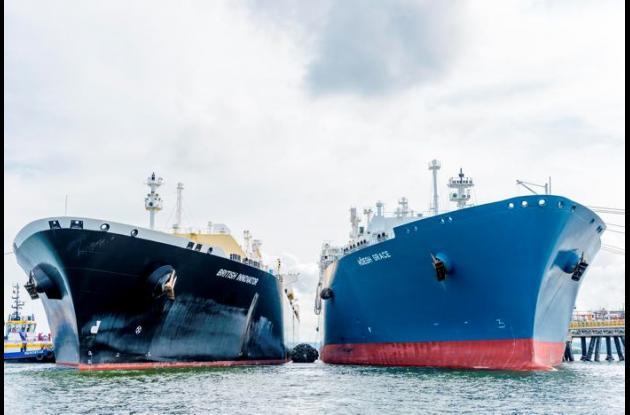 La unidad flotante y un buque metanero con GNL importado.