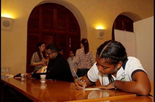 Estudiante en mesa de trabajo durante el taller