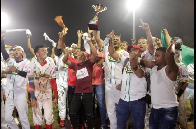 Los jugadores, encabezados por Reinaldo Rodríguez celebran en el terreno de juego el título del equipo Tigres de Arenal.
