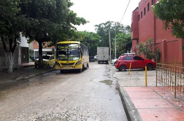 Buseta circulando por un barrio
