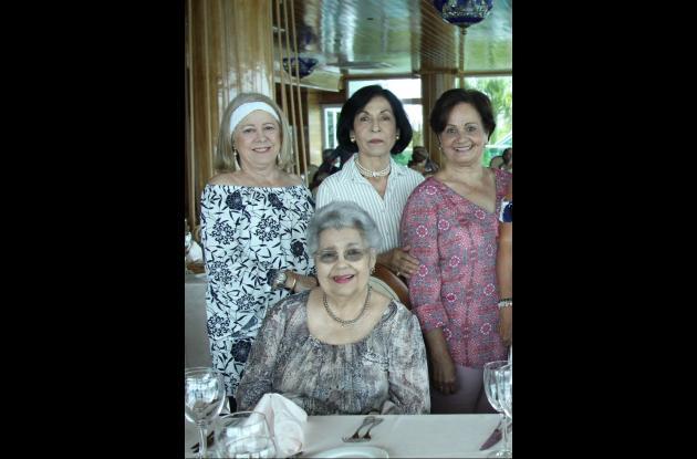 Marta de Ibarra, Nancy de Ibarra, Evira Duncan y sentada: Carmencita Ibarra.