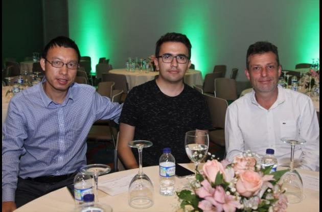 Wang Anwei, Juan Uribe y Manuel Riaño.