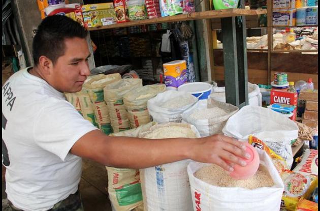 Hombre comprando arroz