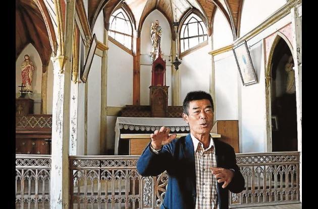 Mitsuru Kojima (encargado del mantenimiento) en el interior de la iglesia de Gorin.//Foto: María Roldán - Efe.