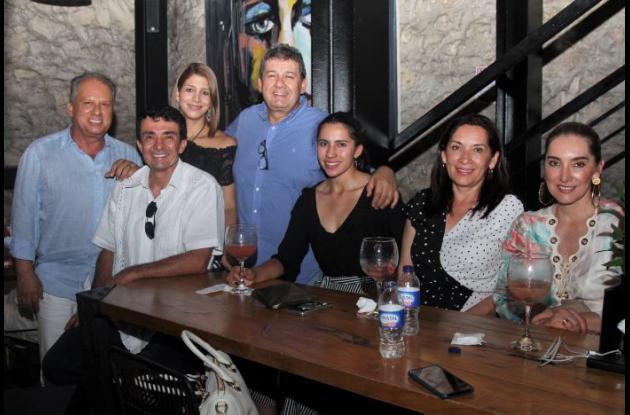 De pie: Julio Hernández, Mónica García y Ricardo Ramírez; sentados: Juan Ramírez, Sofía Ramírez, Aydé Moreno y Amparo Villar.