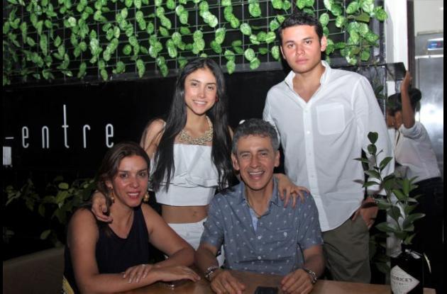 De pie: María Camila Ramírez y Jaime Ramírez; sentados: Silvia Riaño y Jaime H. Ramírez.