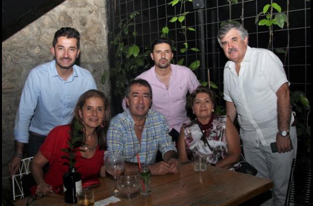 De pie: Nicolás Ramírez, Sebastián Ramírez y Alberto Rodríguez; sentados: María Victoria Fernández, Gustavo Ramírez y Dora Ovalle.