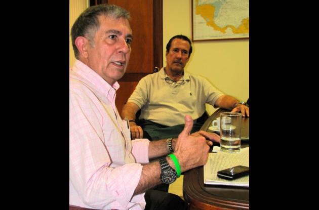 Hernando De La Rosa Anaya y el almirante Gabriel Arango en El Universal.