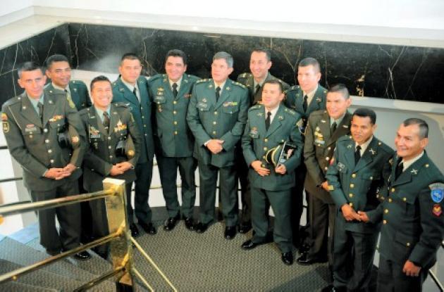 """Los 11 miembros de la fuerza pública que fueron liberados hace casi un año por el ejército en la Operación """"Jaque"""" aparecieron juntos por primera vez ante los periodistas en el Club Militar de Bogotá."""