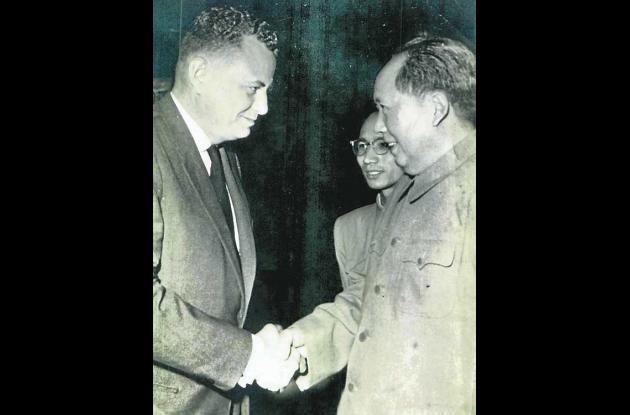 Joaquín Franco Burgos estrechando la mano del mítico Mao