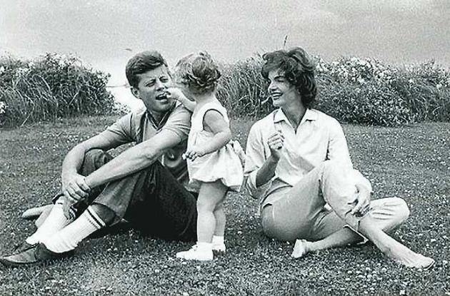 John F Kennedy con su esposa Jacqueline y su hija Carolina