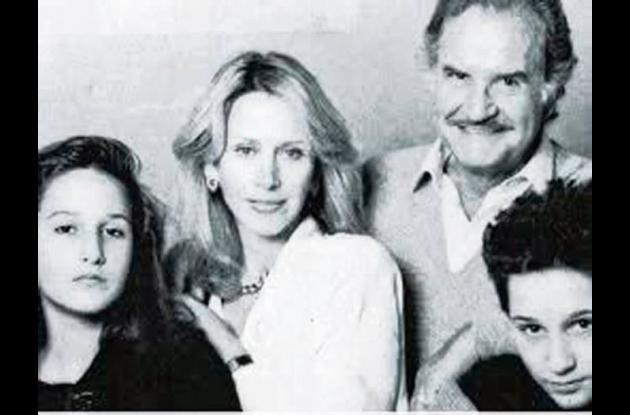 Carlos Fuentes, acompañado de su familia.