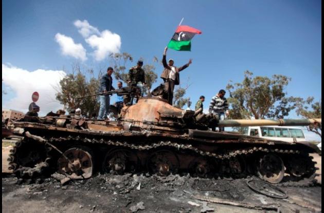 Rebeldes libios sobre carrotanque quemado