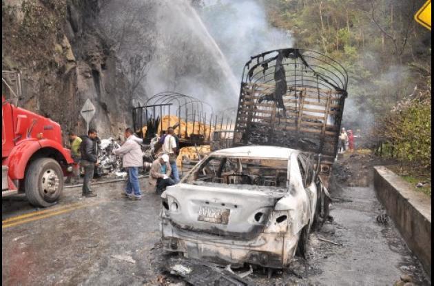 Carros incinerados con carrotanque