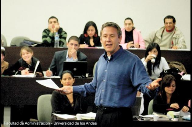 Esta Beca se suma a la Beca Gabriel Vega Lara, la cual ha promovido la educación de posgrado en Colombia por 20 años.