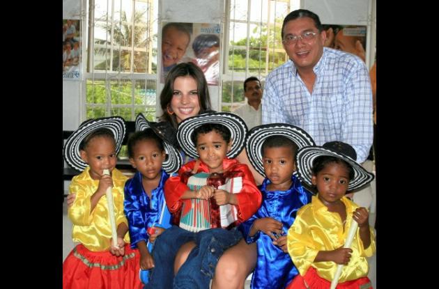 Natalia Navarro y el director de la Fundación, Jorge Berrío, con Sharick Acevedo, Ana C. Herrera, Dilan Ricardo Orozco, Gilberto Miranda y Lorena Andrade.