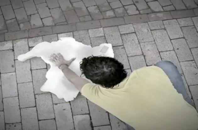 El artista Carlos Agámez en su intervención artística.