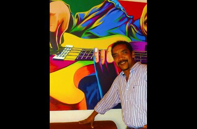El artista Javier Flórez Barrios y su obra.