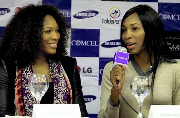 Venus (de traje claro) y Serena Williams (de traje oscuro)
