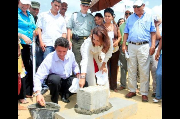 El ministro de Ambiente, Vivienda y Desarrollo Territorial, Carlos Costa Posada, y la alcaldesa Judith Pinedo Flórez, pusieron la primera piedra de Ciudad del Bicentenario, primer macroproyecto de vivienda popular aprobado en el país.