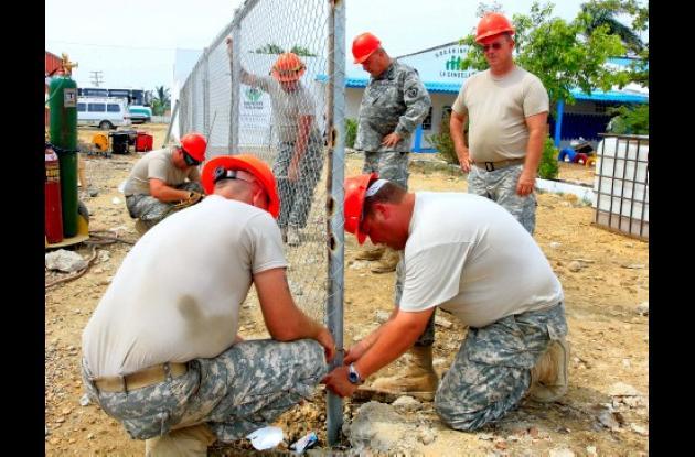 """Los miembros de la misión del programa """"Más allá del Horizonte"""", del Comando Sur de los Estados Unidos, realizan el encerramiento del Hogar Infantil La Candelaria."""