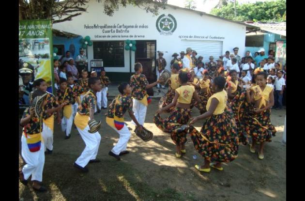 Los niños de Loma de Arena recibieron a la Policía con bailes típicos.