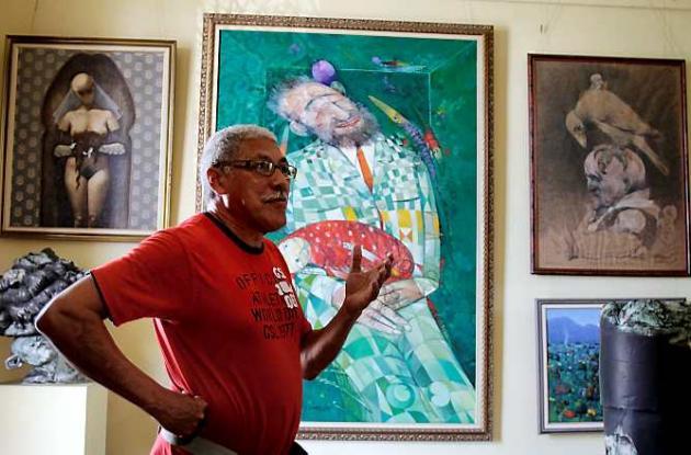 El artista Pedro Pablo Oliva en su taller de Pinar del Río.
