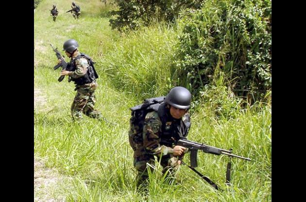 Militares combatiendo