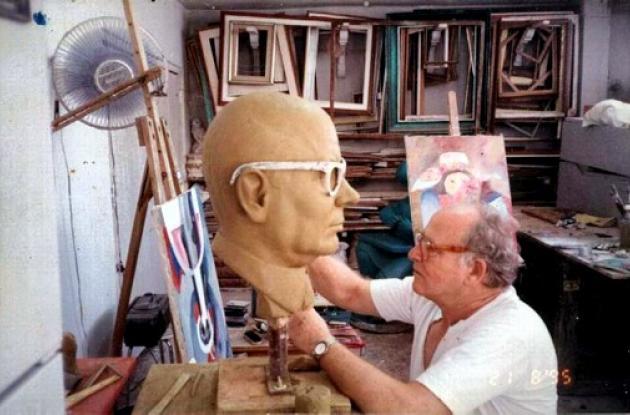 Esculpiendo la escultura de Carlos Lleras Restrepo.