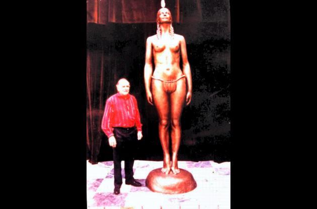 Eladio Gil junto a su obra, el Monumento a la India Catalina.